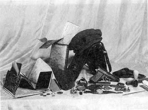 Оружие и личные вещи Шухевича, найденные при обыске